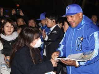 「ラミちゃんいる!」 駅前でラミレス監督がファンに手渡しで号外配布 DeNA・ラミレス監督が、25日に急きょ桜木町駅前に現れた。
