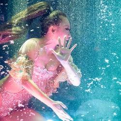 倖田來未、滞在型ホールツアー完走 水中から登場の衝撃幕開けも