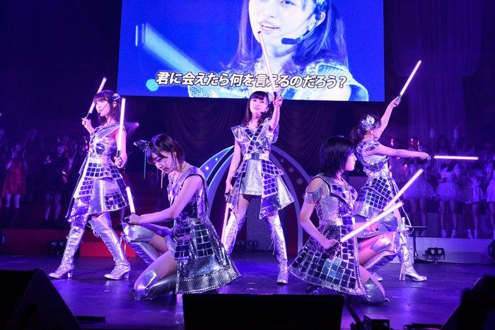 中井りか(中央)「第6回 AKB48紅白対抗歌合戦」(C)AKS
