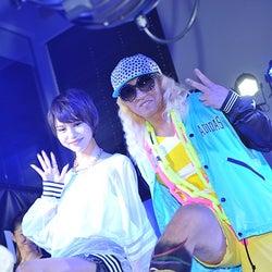 (左から)水沢アリー、DJ KOO