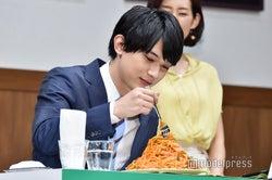 吉沢亮、サラリーマン姿で大盛りナポリタンを頬張る