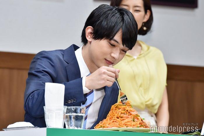 大盛りナポリタンを味わう吉沢亮(C)モデルプレス