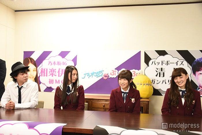 会見の様子(左から)バッドボーイズ清人、相楽伊織、秋元真夏、中田花奈
