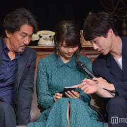 役所広司、坂口健太郎とゲームを体験する有村架純(C)モデルプレス