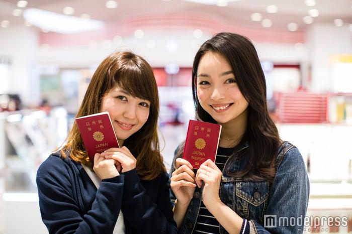 パスポートおよび30日以内に海外へ出国する航空券を持参/モデル:比留川良子、百済友希(C)モデルプレス