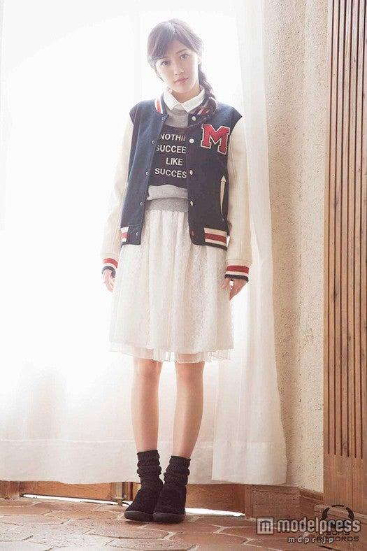 """「ファッションBOOK」盤では""""おしゃれまゆゆ""""を披露し、新しい渡辺麻友を見ることができる"""