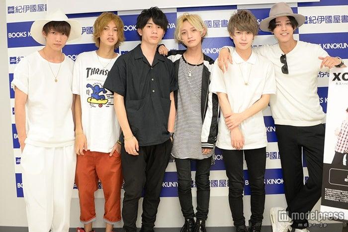 XOX/左から:志村禎雄、村瀬ジョンケビン、田中理来、とまん、木津つばさ、バトシン