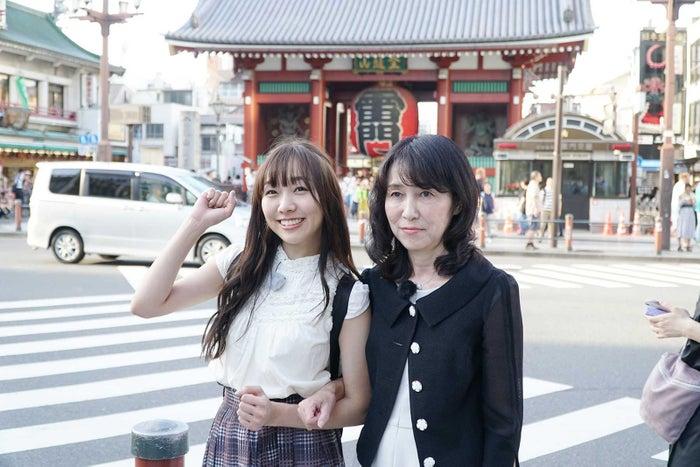 須田亜香里と須田亜香里のお母さん(提供写真)