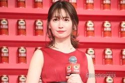 小嶋陽菜、真っ赤なドレスで大人の色気 ほっそり美脚がチラリ