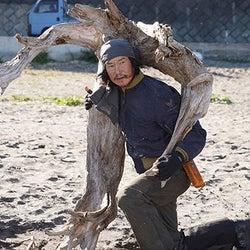 """東啓介""""渉""""、海で流木を集める謎の男に出会い…"""