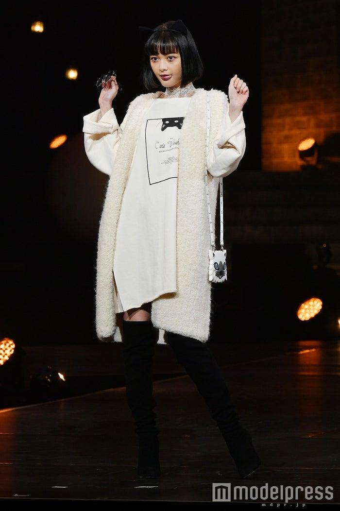 """玉城ティナ、キュートな白猫で""""にゃんにゃんポーズ""""「可愛い」の声援飛び交う (C)モデルプレス"""