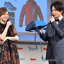 350円のリュックの軽さに驚く白石麻衣、中村倫也 (C)モデルプレス