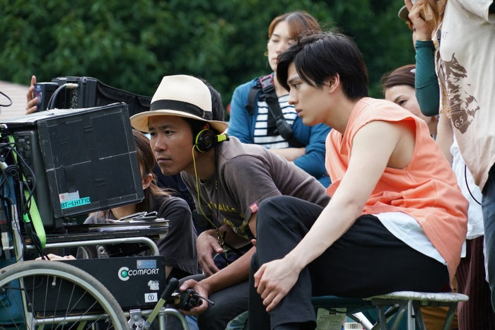 (右)新田真剣佑(C)2020『サヨナラまでの30分』製作委員会