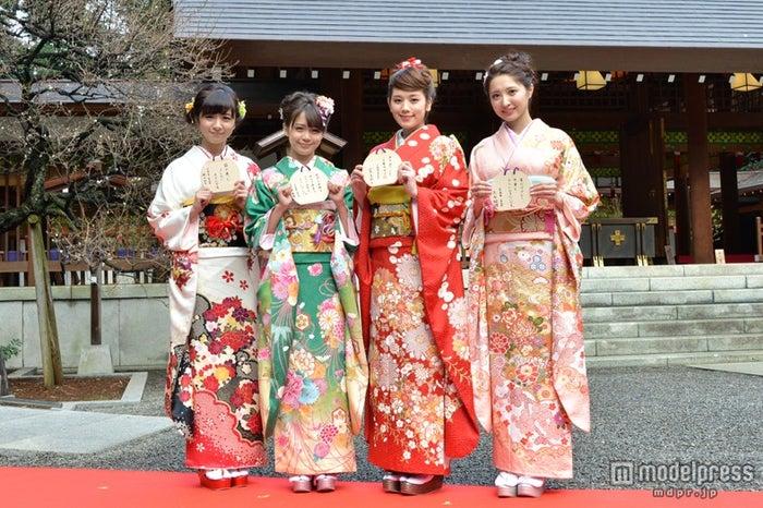 晴れ着姿をお披露目!(左から)PASSPO☆槙田紗子・奥仲麻琴、筧美和子、大石絵理