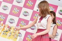 「決めた!」真っ直ぐに猫顔のボトルに手を伸ばす秋元真夏(C)モデルプレス