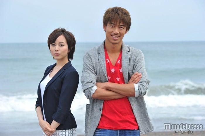 髪をバッサリカットし、新「GTO」への気合を見せた比嘉愛未(左)/主演のAKIRA(右)