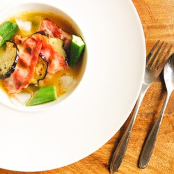 一皿で大満足!オシャレで美味しい「冷製夏野菜のカレースープ」お手軽レシピ【柏原歩のトレンドレシピ】
