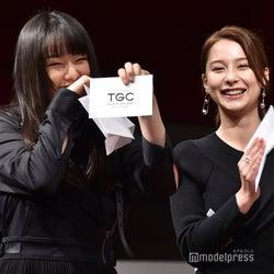 抽選を引き当てて喜ぶ桜井日奈子(左) (C)モデルプレス
