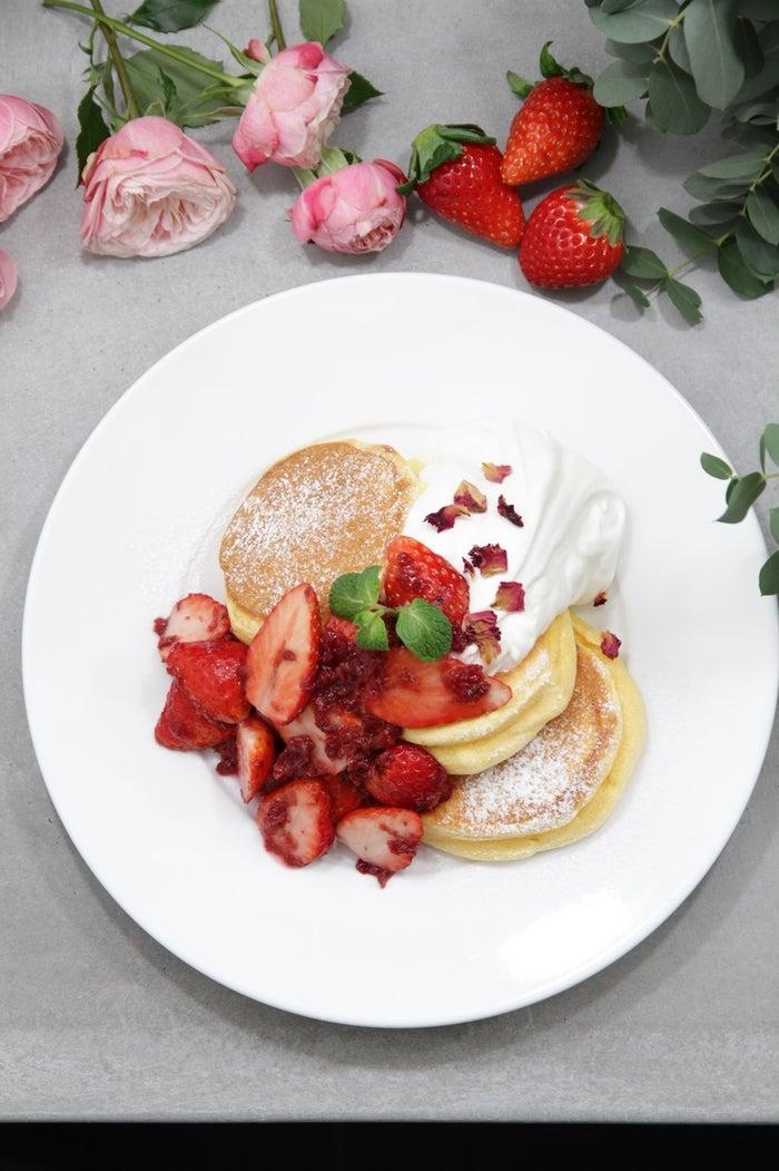 薔薇と国産いちごのパンケーキ/画像提供:株式会社エーステクノロジー