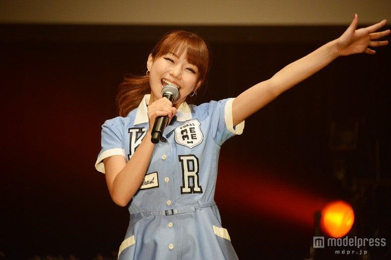 モデルプレスのインタビューに応じた、ケラケラ/ライブで熱唱するMEME【