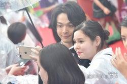 レッドカーペット参加者と記念撮影する中村倫也 (C)モデルプレス