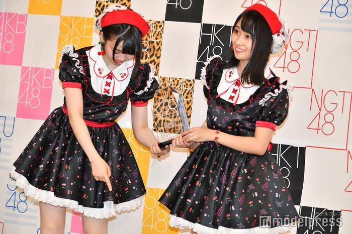 立ち位置を確認するAKB48多田京加、HKT48松田祐実 (C)モデルプレス