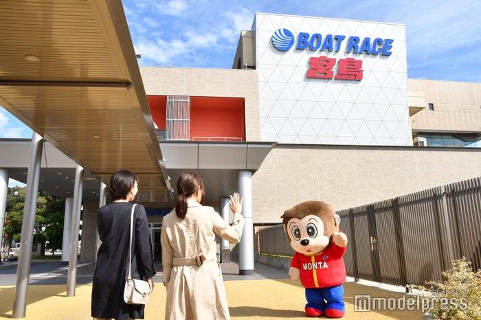 ボートレース宮島のキュートなマスコットキャラ「モンタくん」がお出迎え(C)モデルプレス