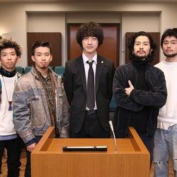 坂口健太郎「お会いできてすごく嬉しい」 主演ドラマ「イノセンス~冤罪弁護士~」撮影現場をKing Gnuが訪問