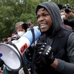 『スター・ウォーズ』ジョン・ボイエガ、抗議デモで力強いスピーチ キャリアを失っても関係ない