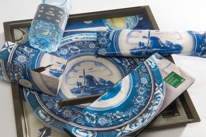 エコノミークラスの食事トレーもオランダの焼物をイメージした素敵なデザイン(提供写真)