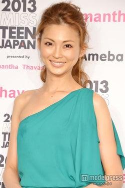 押切もえ、ざっくりスリットから美脚をチラリ 「2013ミス・ティーン・ジャパン」開催発表会