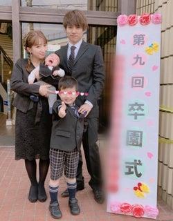 辻希美、次男の卒園式で正装した家族ショット公開「大きくなったなぁ」