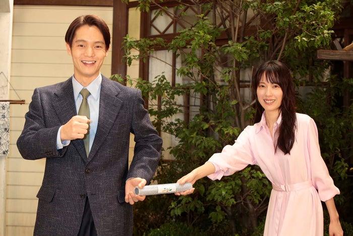 窪田正孝、戸田恵梨香(C)NHK