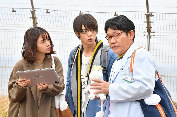 石原さとみ、窪田正孝、飯尾和樹/「アンナチュラル」第6話より(C)TBS