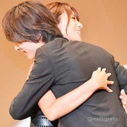 横浜流星、深田恭子と再会でハグ (C)モデルプレス