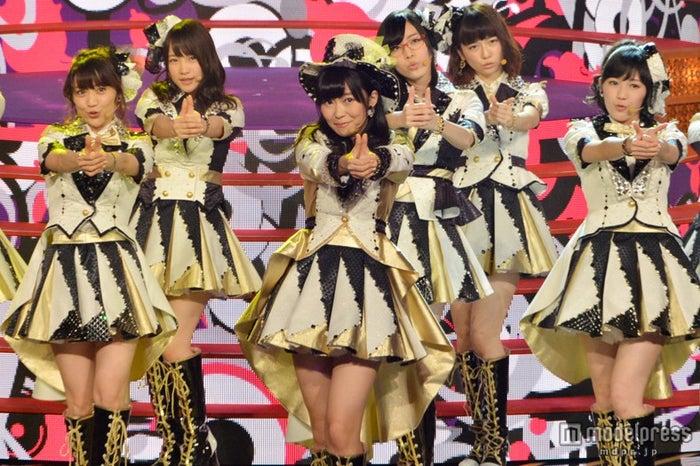 「恋するフォーチュンクッキー」を披露するAKB48