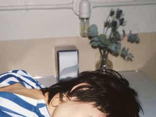 水原希子、黒髪ベリーショート披露 オン眉ヘアで美貌際立つ