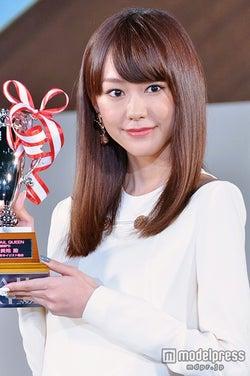 桐谷美玲、初受賞に「夢が叶いました」 白ドレスで美脚披露