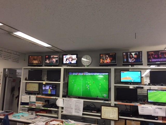 スポーツ局の制作作業卓回りには、こんなにたくさんのテレビが!野球、サッカー、様々なスポーツをリアルタイムで同時にチェックできます。(提供写真)