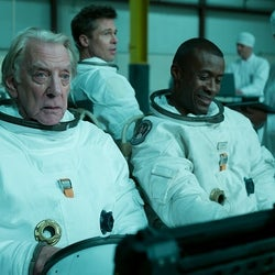 『スペース カウボーイ』の仲間が対立!?トミー・リー・ジョーンズとドナルド・サザーランドが魅せる男のドラマ『アド・アストラ』