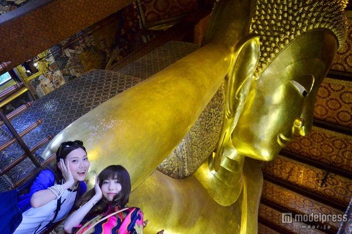 全長46メートル、高さ15メートルの巨大な涅槃仏/モデル:百々さおり、富田千穂