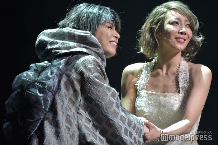 西川貴教、柚希礼音 (C)モデルプレス