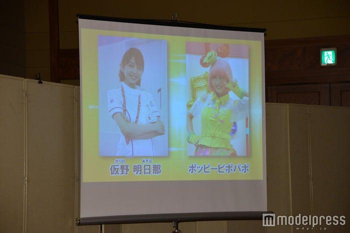 松田るかが演じる仮野明日那(左)とポッピーピポパポ(右)/(C)モデルプレス