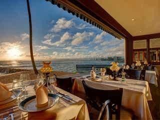 ハワイ「ミッシェルズ」で極上サンセットディナー!海一望の窓際席でロマンティックな時間を