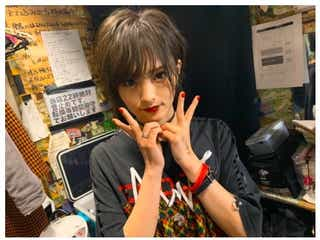 山本彩、ショートへア×赤リップ姿に反響「さや姉イケメン」「かっこいい」の声
