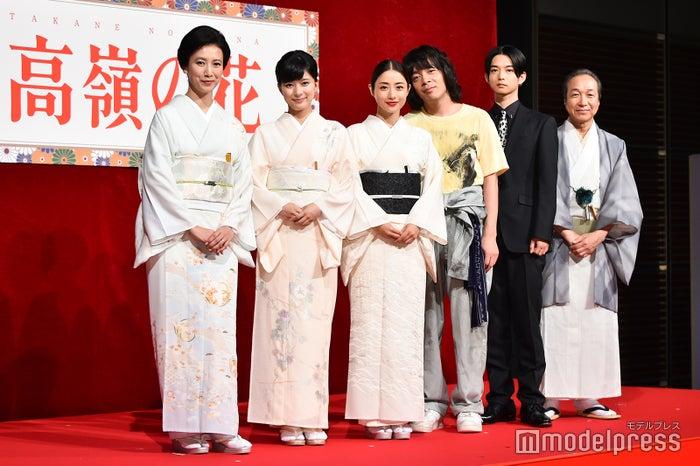左から)戸田菜穂、芳根京子、石原さとみ、峯田和伸、千葉雄大、小日向文世(C)モデルプレス