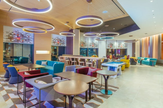 地下鉄4駅対応の新ホテル「アロフト・ソウル明洞」が便利すぎ カラフルなラウンジでバータイムも/W xyz bar&lounge/画像提供:マリオット・インターナショナル