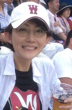 野球の早慶戦で神宮に。早稲田キャップとTシャツは自前です。手にはもちろんビール(提供写真)