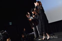 全国中継のカメラに手を振る吉沢亮、新木優子 (C)モデルプレス