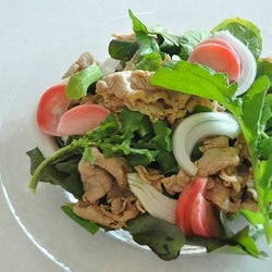 サラダが美味しい季節!葉野菜をたっぷり盛った「やわらか豚しゃぶサラダ」の作り方